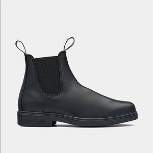Men's size 9 black Blundstone ankle boots.